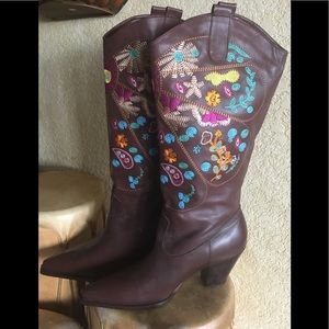 Shoes - NWT Gorgeous Embroidered Boots